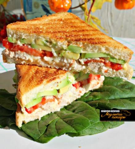 Сэндвич с авокадо, огурцами и помидорами