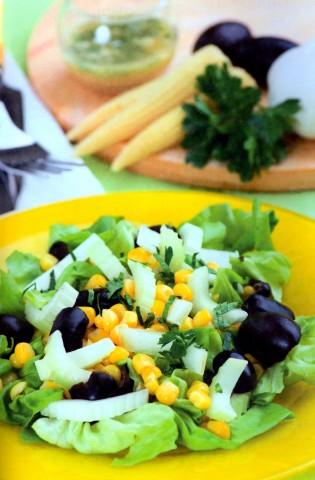 Пикантный салат с кукурузой