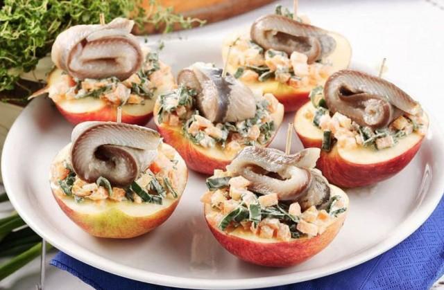 Селедочный салат в половинках яблок