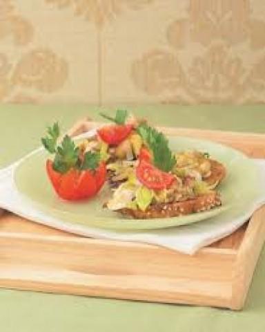 Гренки с грибами, луком-пореем и сыром