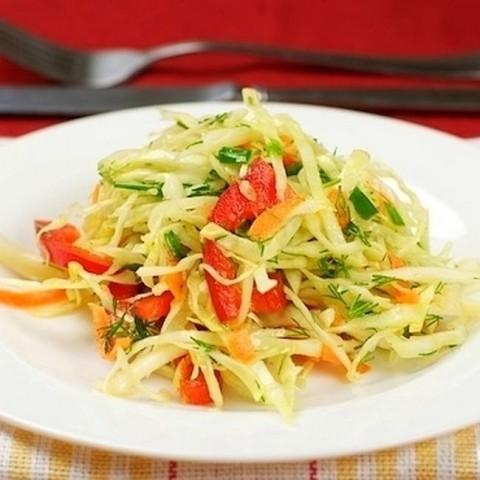 Салат из сладкого перца, капусты и зелени