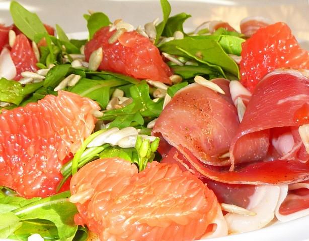 Салат из рукколы с грейпфрутом и слабосоленой семгой