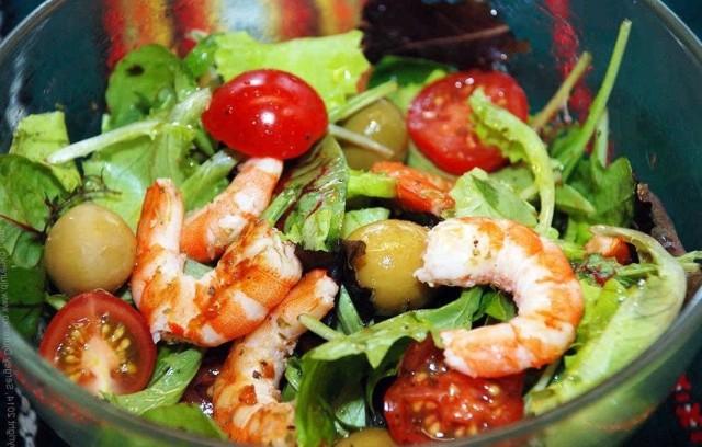 Салат из морепродуктов и печеных овощей