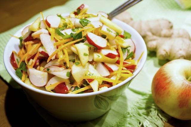 Салат с редисом, яблоком и зеленью