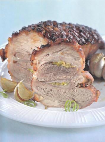 Свиной окорок с имбирем и запеченным чесноком