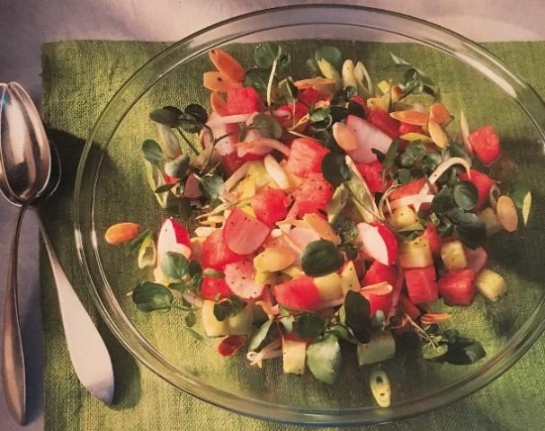Салат из дыни с огурцом и редисом