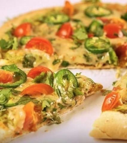 Пицца с авокадо и помидорами