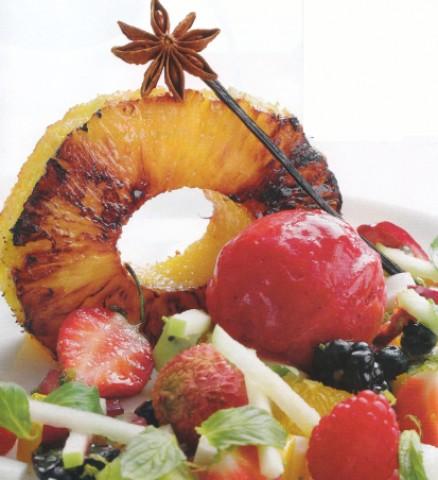 Ананас с фруктовым салатом