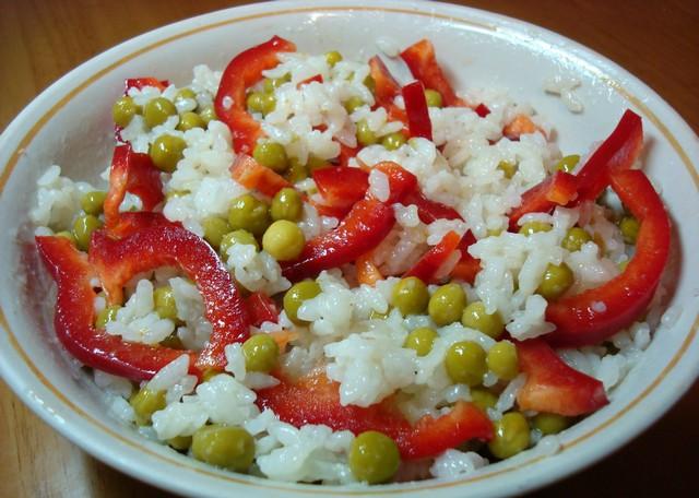 Салат из сладкого перца с зеленым горошком и рисом