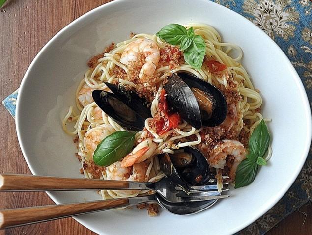 Спагетти с хариссой и оливковой пастой нисуаз