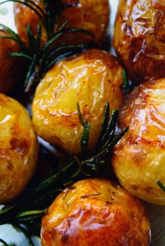 Молодой картофель, запеченный с розмарином