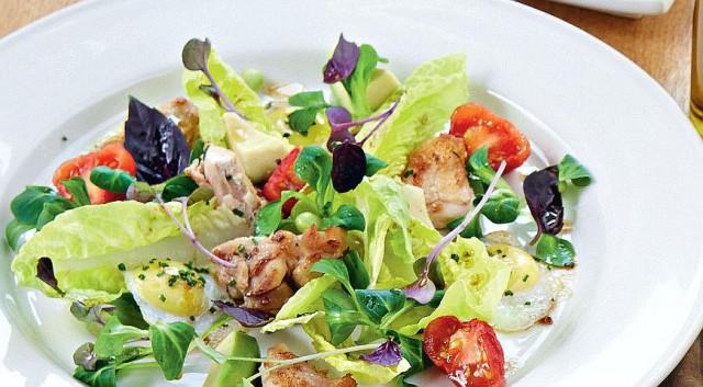 Салат из курицы, авокадо и помидоров