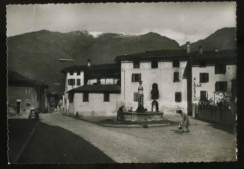 Storo m. 409. Piazza Centrale con Albergo Agnello (Trentino).