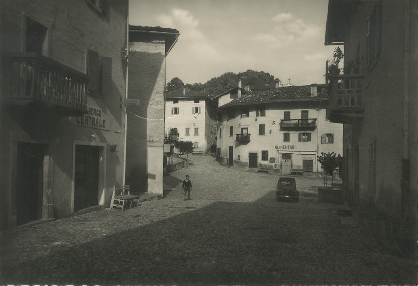 Roncone, Piazza Centrale.