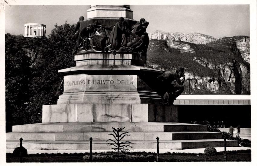 Trento - Monumento a Dante e Monumento a C. Battisti.