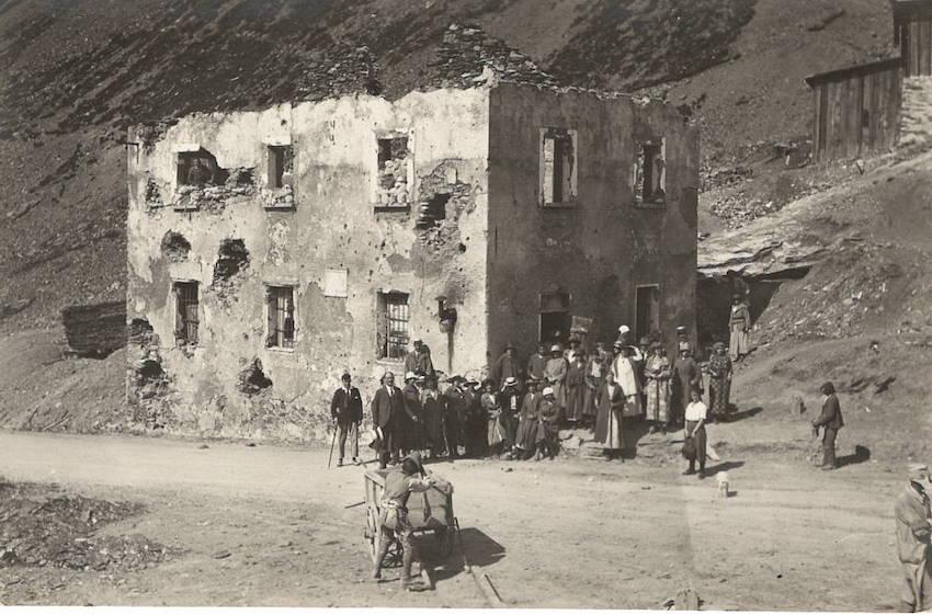 Cartolina fotografica rappresentante un casolare diroccato presumibilmente del periodo della prima Grande Guerra.