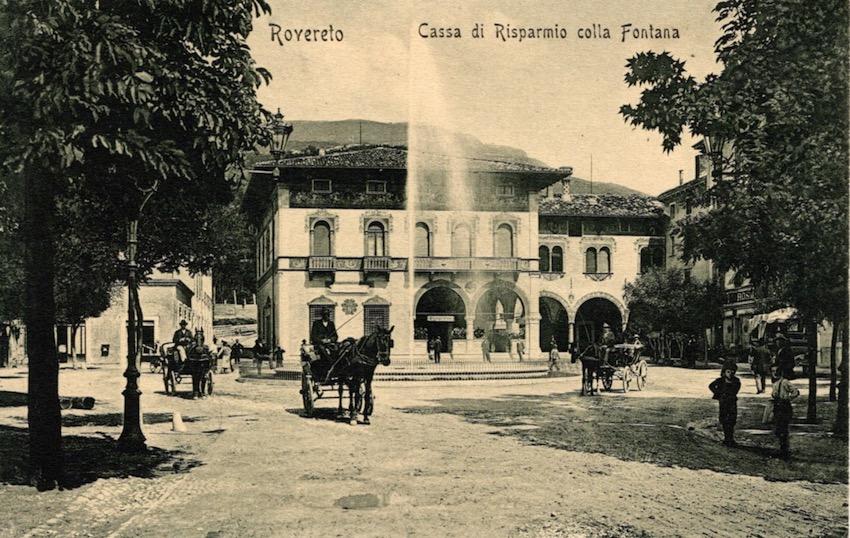 Rovereto Cassa di Risparmio colla Fontana.