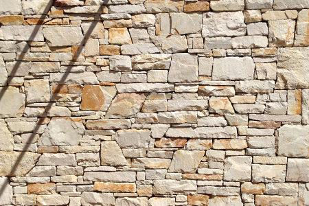Muro eseguito con tranciati e bugnati in arenaria