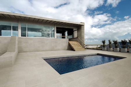 Pavimentazione area piscina con piastrelle in Beola