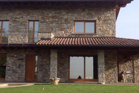 Rivestimento di un abitazione in bugnato in Pietra di Credaro