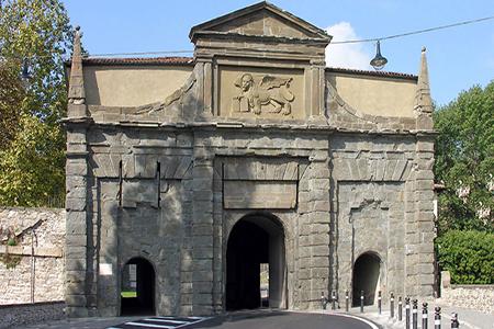 Esempio di pietra di sarnico per il rivestimento monumentale