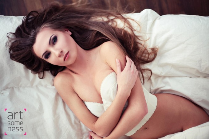 long hair girl laying on bed without strings