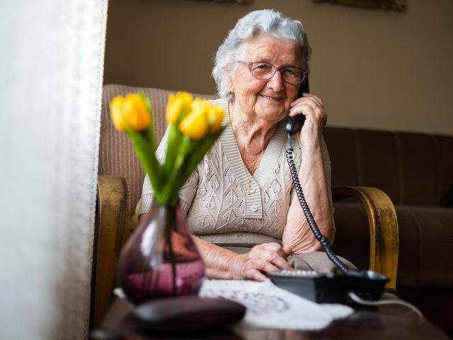 Gegen das Alleinsein: Seniorentelefon und Begleitung
