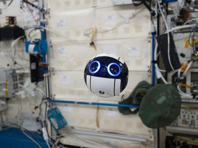 Kameradrohne auf der Internationalen Raumstation ISS
