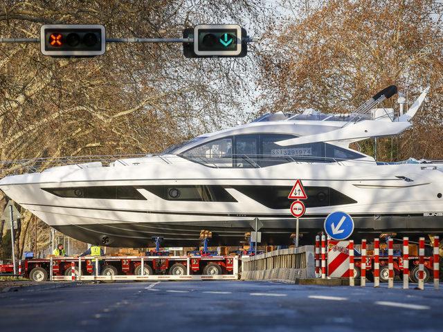 Mega-Yachten im Straßenverkehr