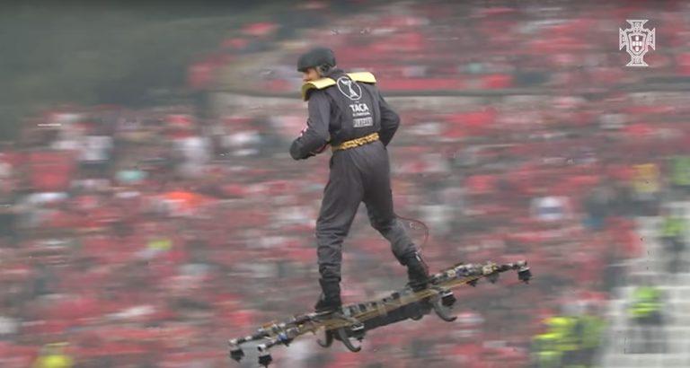 Fliegender Schiri beim portugiesischen Pokalfinale im Fußball