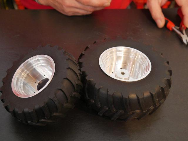 Neue Reifen für den Fendt 1050 von Bruder