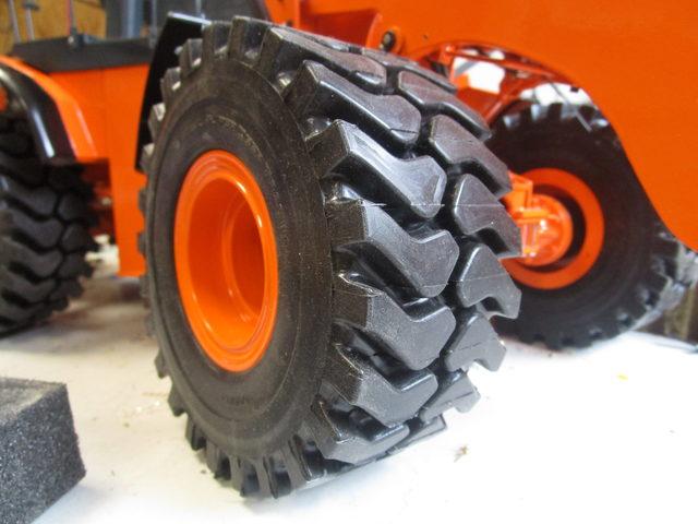 THS-Truckmodelle zeigt Radladerreifen des Typs Bridgestone 35-65R33