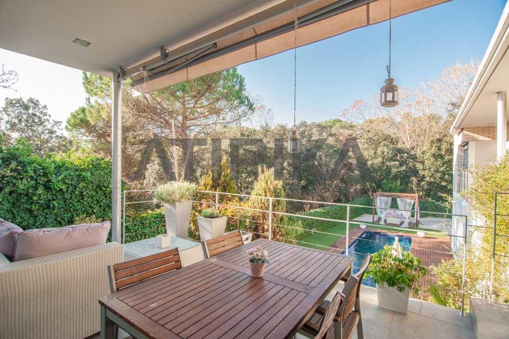 Casa de diseño con jardín y piscina en Ametlla del Vallès