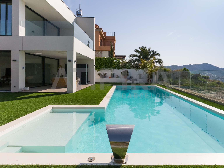 Amplia casa de diseño con espectaculares vistas al mar