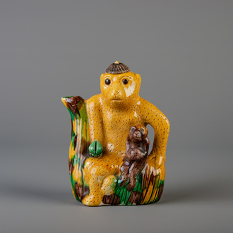 A Chinese sancai 'monkey' ewer and cover, 19th C.
