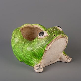A Chinese green frog shaped jardinière, 19th C.