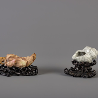 A Chinese crackle glazed brushwasher and a scroll weight, 19th/20th C.