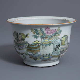 A Chinese qianjiang cai jardinière with antiquities design, 19th/20th C.