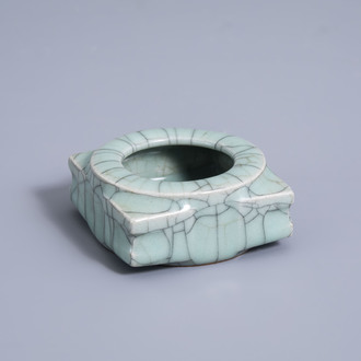 A Chinese crackle glazed brush washer, 19th/20th C.