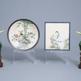 A Chinese Nanking crackle glazed famille verte charger, a pair of polychrome birds and a painting on silk, 19th/20th C.