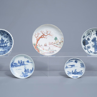 Four various Chinese blue, white and famille rose saucers and a bowl with a landscape, Wanli/Qianlong