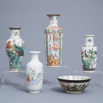 Four various Chinese famille rose and verte vases and a Nanking crackle glazed famille rose bowl with warrior scenes, 19th/20th C.