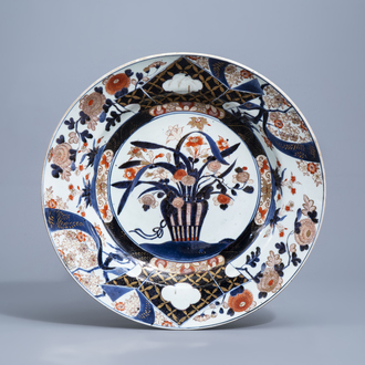 A large Japanese Imari charger with a flower basket and floral design, Edo, 18th C.