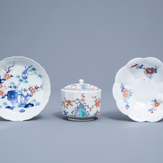 A Japanese Kakiemon box and cover and two lobed dishes with floral design, Edo/Meiji, 18th/19th C.