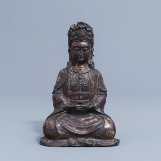 A Chinese gilt and lacquered figure of Guanyin, 19th/20th C.