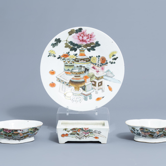 A Chinese qianjiang cai charger, two lobed bowls and a quadrangular flower pot with antiquities design, 19th/20th C.