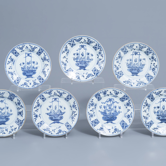 Seven Chinese blue and white plates with in the centre a flower basket and on the edges a floral design, Qianlong