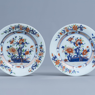 A pair of Chinese verte-Imari plates with floral design, Qianlong