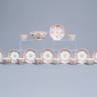 A 19-piece Chinese famille rose and gilt service with floral design, Yongzheng