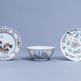 A Chinese famille rose 'Mandarin' bowl and two famille rose plates with floral design, 18th/19th C.